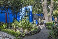 COYOACAN,墨西哥- 2016年10月28日:有La住处Azul庭院的蓝色议院  图库摄影