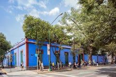 COYOACAN, MESSICO - 1° NOVEMBRE 2016: I turisti aspettano nella lunga fila per ottenere a Frida Kalho Museum famosa Immagini Stock Libere da Diritti