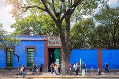 COYOACAN MEXICO - NOVEMBER 1, 2016: Turister väntar i lång rad för att få till den berömda Frida Kalho Museum Royaltyfria Bilder