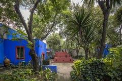 COYOACAN MEXICO - OKTOBER 28, 2016: Blå husundborggård av La Arkivbilder