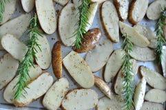 Coza a batata da fatia com alecrins Imagem de Stock