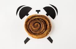 Coza com a papoila na forma do despertador, conceito do tempo de café da manhã imagem de stock royalty free