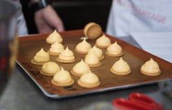Cozendo e cozinhando o chocolate e desertos doces Fotos de Stock Royalty Free