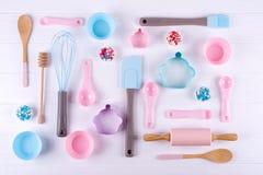 Cozendo e cozinhando o conceito O teste padrão feito de cortadores da cookie, o batedor de ovos, o pino de rolo e a cozinha cozem imagem de stock