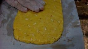 Cozendo e preparando cookies do chocolate e de amêndoa em casa video estoque