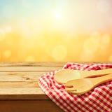 Cozendo e utensílio de cozimento na tabela de madeira imagens de stock royalty free