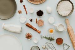 Cozendo ou cozinhando o quadro do fundo Ingredientes, artigos da cozinha para bolos de cozimento fotos de stock royalty free
