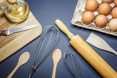 Cozendo ou ingredientes do cozimento utensílios e imagens de stock