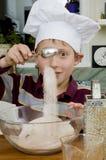 Cozendo uma torta 1 Foto de Stock Royalty Free