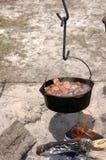 Cozer a fogo brando da sopa fotografia de stock