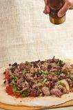Cozido, artesão, pizza caseiro, ingredientes orgânicos de espalhamento na massa desenrolada 12 Imagens de Stock Royalty Free