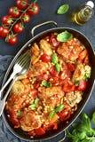 Cozido de galinha com pimenta de sino e o feijão branco em um molho de tomate Imagem de Stock