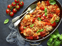 Cozido de galinha com pimenta de sino e o feijão branco em um molho de tomate Foto de Stock Royalty Free