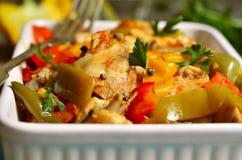 Cozido de galinha no molho de tomate com pimenta de sino Fotografia de Stock