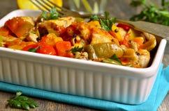 Cozido de galinha no molho de tomate com pimenta de sino Fotografia de Stock Royalty Free