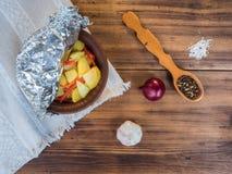 Cozido em uma bacia cerâmica de batatas com carne da galinha Ainda vida no estilo country no fundo da madeira velha, áspero Foto de Stock Royalty Free