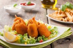 Cozido no camarão da pastelaria com vegetais e batatas fritas Imagem de Stock Royalty Free