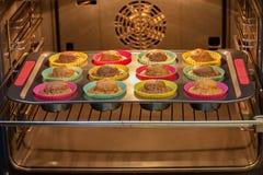 Cozido nos queques do forno Fotografia de Stock Royalty Free