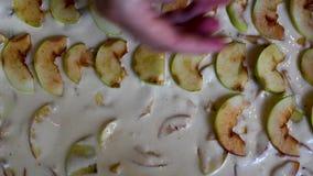 Cozimento Apple Charlotte que coloca maçãs vídeos de arquivo
