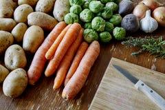 Cozimento com batatas e brotos das cenouras imagens de stock royalty free