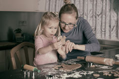 Cozimento com criança Fotografia de Stock