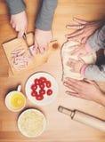 Cozimento com crianças As mãos da criança e da mãe amassam e rolam dou fotografia de stock