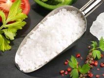 Cozimento com sal do mar - nutrição saudável imagem de stock