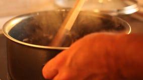 Cozimento - cozinheiro chefe que prepara o prato no fogão filme