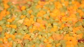 Cozimento da cenoura e dos feijões verdes vídeos de arquivo