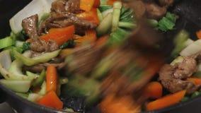 Cozimento da fritada da agitação da carne de porco video estoque