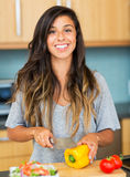 Cozimento da jovem mulher. Alimento saudável Foto de Stock