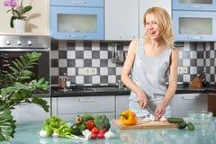 Cozimento da jovem mulher Alimento saudável - vegetal Fotografia de Stock