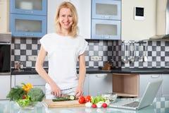 Cozimento da jovem mulher Alimento saudável - vegetal Imagens de Stock Royalty Free