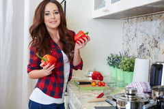 Cozimento da jovem mulher Alimento saudável Fotografia de Stock Royalty Free