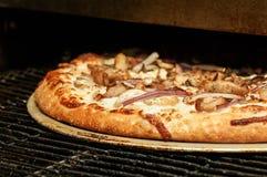 Cozimento da pizza no forno comercial Fotos de Stock Royalty Free