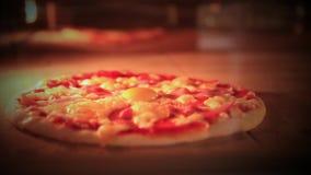 Cozimento da pizza no forno tradicional Fim acima HD video estoque