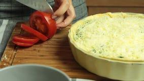 Cozimento da receita de quiche e corte de tomate filme