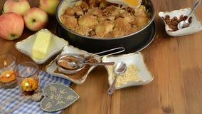Cozimento da torta de Apple Passas polvilhadas na torta de maçã crua A adição, lá é ingredientes tais como o mel, canela, açúcar, filme