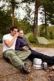 Cozimento de acampamento dos pares Imagens de Stock Royalty Free