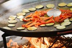 Cozimento de um paella espanhol do prato do raditional com camarões e mexilhões Fotografia de Stock