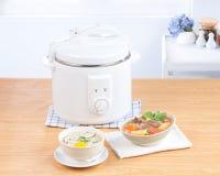Cozimento do arroz e potenciômetro elétrico da caçarola foto de stock royalty free