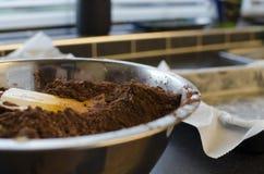 Cozimento do bolo de chocolate do vegetariano na cozinha Imagens de Stock Royalty Free