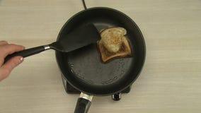 Cozimento do café da manhã com ovo frito e brinde vídeos de arquivo
