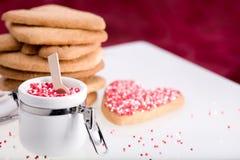 Cozimento do dia do Valentim com vermelho. Fotos de Stock Royalty Free