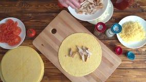 Cozimento do fast food Mãos que preparam o envoltório da tortilha com carne da galinha, vista superior video estoque