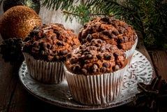 Cozimento do Natal, três queques do chocolate em uma placa Fotografia de Stock Royalty Free