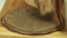 Cozimento e alimento que denominam a receita do bolo do crepe do oreo vídeos de arquivo