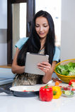 Cozimento e pesquisa por receitas em linha Fotografia de Stock Royalty Free