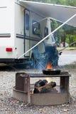 Cozimento em um Campsite Fotografia de Stock Royalty Free