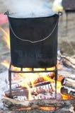 Cozimento em um potenciômetro na fogueira Fotografia de Stock Royalty Free